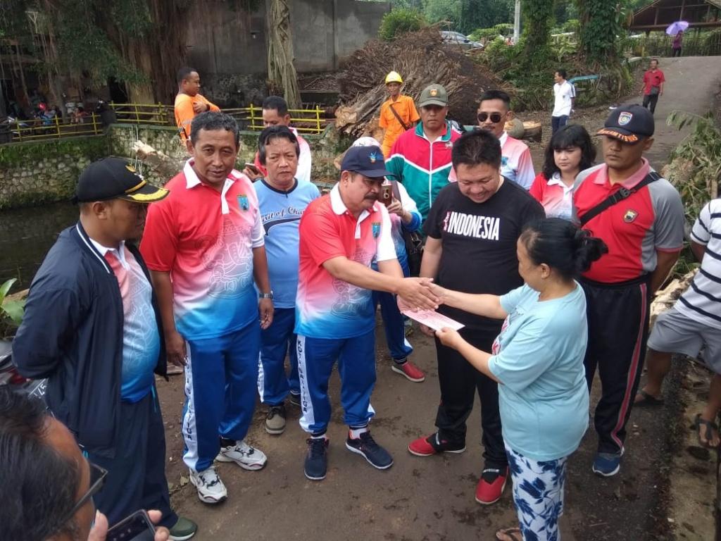 Kegiatan Pemberian Bantuan Sosial Kepada Warga Terkait Dengan Pohon Tumbang